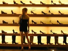 買い物に悩む女性