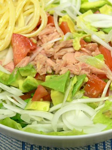 トマトとアボカドとパスタのサラダ