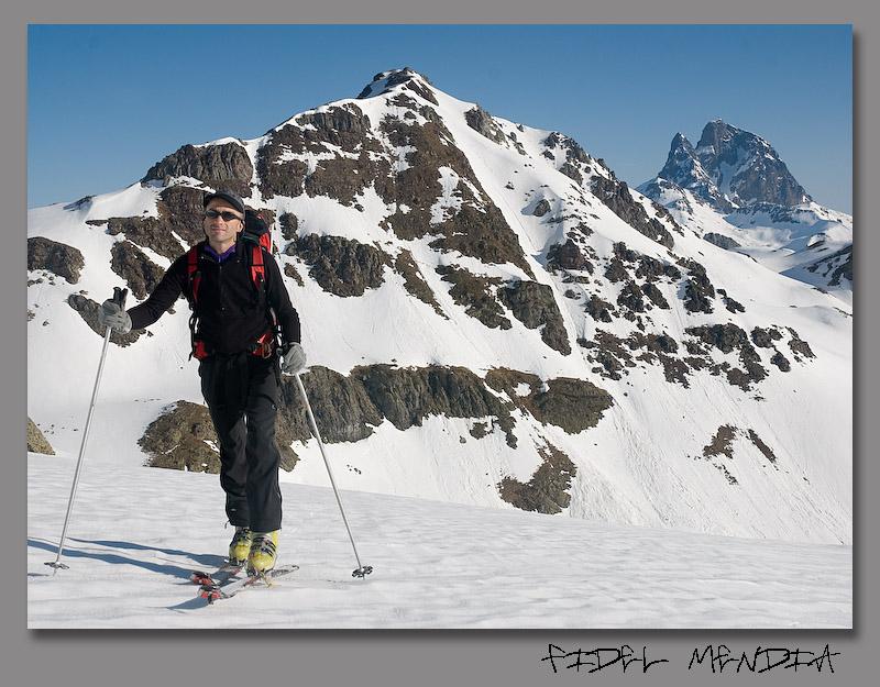 Txuma con el pico Espelunciecha y el Midi