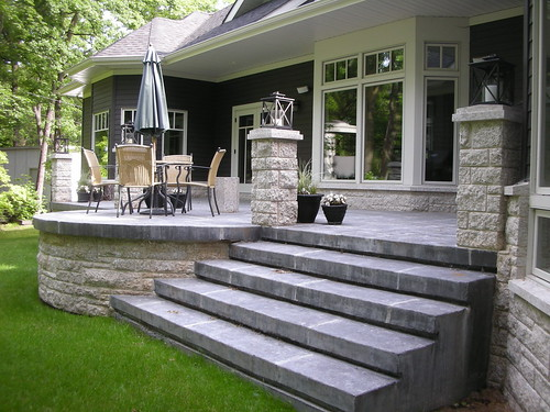 Exposed aggregate concrete pavers traverse the lawn to