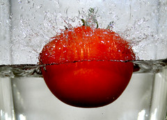 La Tomate (Matthieu Luna) Tags: pictures red france water digital canon rouge eos rebel photo eau photographie matthieu 1855 31 efs tomate bulle xti 400d