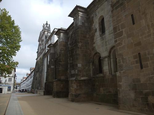 A rua foi refeita recentemente, o que valoriza o monumento