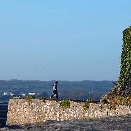 Marcher sur les remparts du Fort de La Hougue