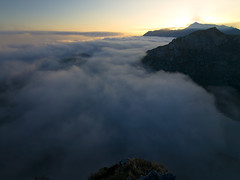 Mar de nubes al amanecer (jtsoft) Tags: mountains sunrise landscape asturias olympus nubes ercina picosdeeuropa e510 lagosdecovadonga zd1122mm jtsoftorg