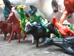 corren corren los caballitos (jvcluis) Tags: caballos nios plastico juguetes vaqueros pueblito ambulante puesto cuandouncaballitoerasuficiente aunloes paraalgunos atriotemplo
