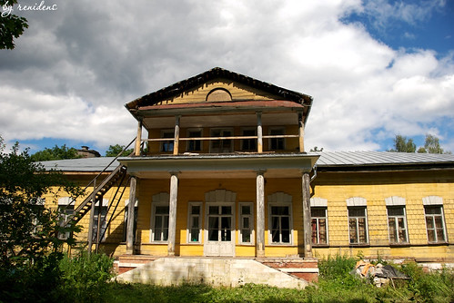 wooden country estate in Fryanovo - front view