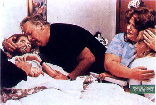 da Benetton, um pai chora sobre o filho aidético em estado terminal