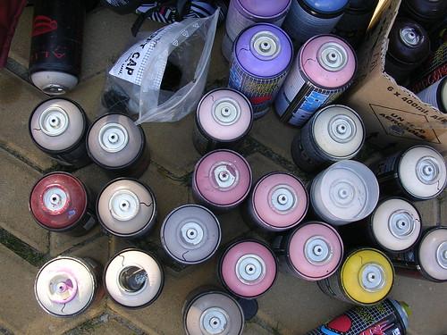 Aerosol, botes de spray de un grafitiero.