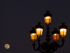 Luna artificial y farola natural (hiskinho) Tags: madrid light orange moon luz sol night noche farola natural ciudad artificial luna amarillo naranja yallow abigfave fiveflickrfavs
