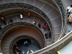 huiii.... (.Jp.) Tags: people vatican museum architecture stairs moving movement zoom kodak action steps stairway treppe round 2008 rom vatikan museen z650 schnrkel wendeltreppe staicase vatikanischemuseen spyral