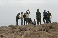 Migranti sub sahariani arrestati nel deserto algerino dalla polizia. Foto di Bahri Hamza