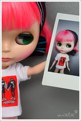 Harajuku (r e n a t a) Tags: camera pink macro canon toy photo doll brinquedo neon fuji rosa tshirt peony instant blythe  boneca takara instax emilythestrange primadolly