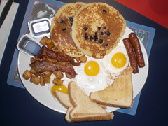 #429 The flying saucers Special ET breakfast (Like_the_Grand_Canyon) Tags: winter food canada up breakfast movie bacon potatoes december toast side sunny niagara ufo falls meat blueberry sausages eggs syrup 2008 et hashbrowns frhstck kanada hearty extraterrestial ausserirdische panckae