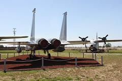 McDonnell-Douglas F-15A Eagle; rechts: Grumman HU-16B Albatross