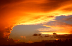 A beautiful cloud./ Una hermosa nube. (Jos Maldonado) Tags: sunset clouds atardecer guatemala nubes orangeskies awesomeafterglow