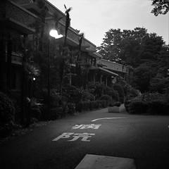 turn right (F_blue) Tags: hospital tokyo fuji newmamiya6 suginamiku  7535 neopan400presto  yokufukai fblue2008
