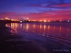 Cae la noche en arica (Alvaro Vega) Tags: chile blue sunset sea sky beach azul clouds atardecer mar playa cielo nubes morro reflejos arica