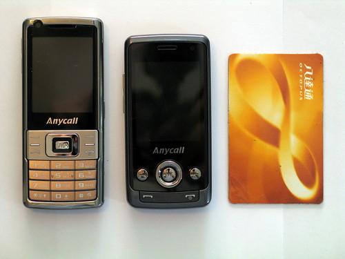 可見兩部手機也只比八達通大一點,整體感覺不算太大部。不過 J808 收起鍵盤時還是細一點,方便收藏;但 L708 加上鍵盤也不比 J808 大太多,所以此回合平手。