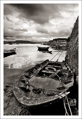 Combarro_2027 (Txomin.gonzalez) Tags: sea seascape blancoynegro beach water rural port puerto boat mar blackwhite agua barco playa paisaje bn galicia pesca pontevedra nube combarro waterscape batea