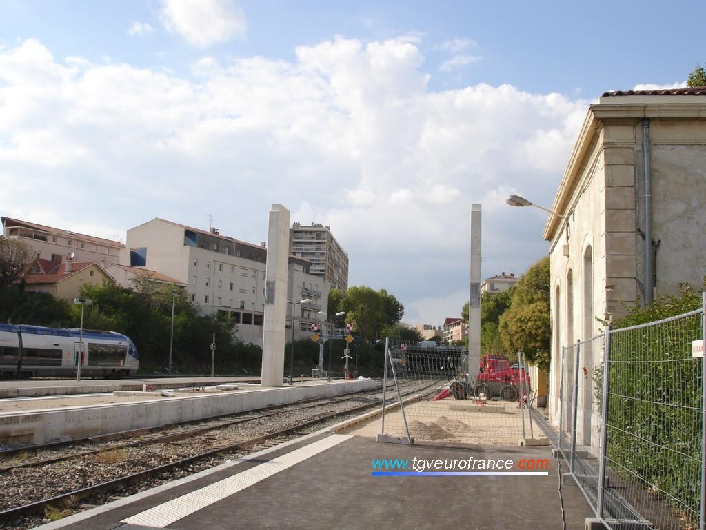 Vue du quai de la gare et de la passerelle voyageurs en construction