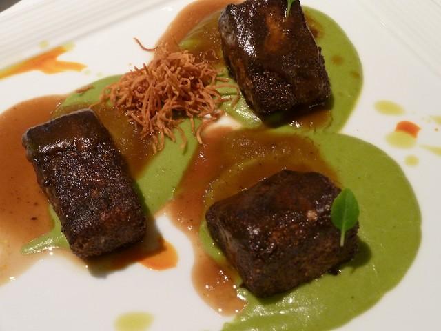 Pez Mantequilla en costra de especias con emulsión de papa y albahaca, salsa agridulce de lula y tubérculos crujientes