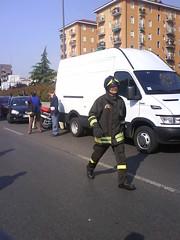 Auto brucia, arriva UN pompiere a piedi