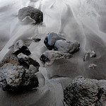 piedras en una playa negra thumbnail