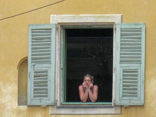 femme à sa fenêtre