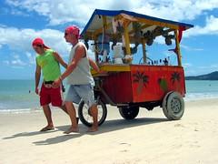 Vendedores de bebidas alcoholicas en la playa
