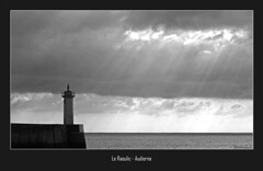 Pleins feux sur le Raoulic (jo.pensel) Tags: blackandwhite bw lighthouse brittany noiretblanc bretagne phare bzh finistre balise pensel audierne raoulic capsizun jopensel leraoulic