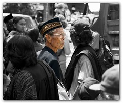 En contra-direccin (CANNIVALS) Tags: travel viaje people trekking indonesia sony bn funeral sulawesi expedicin tribu toraja etnic etnia a700 rantepao absolutegoldenmasterpiece torajapeople ringexcellence comarcatoraja torajamen