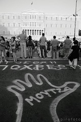 (spirofoto) Tags: people square greek photo foto fotograf fotografie photographer metro photos internet journal protest photojournalism greece international staff fotos revolution imf aus anti griechenland proteste journalism bilder memorandum reportage athen fund verkauf monetary syntagma freelancer fotoreporter aufstand nachrichten griegos aktuell sintagma vermittlung fotojournalismus spirofoto   moutza        indignados           indignadosgriegos   moutsa