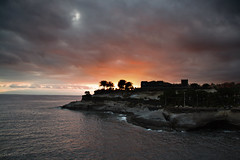 cuando un ocaso es el inicio de una nueva vida (RalRuiz) Tags: sol gris mar negro palmeras nubes tenerife naranja ocaso islascanarias lagomera costaadeje aterdecer playadefaab playadeelduque