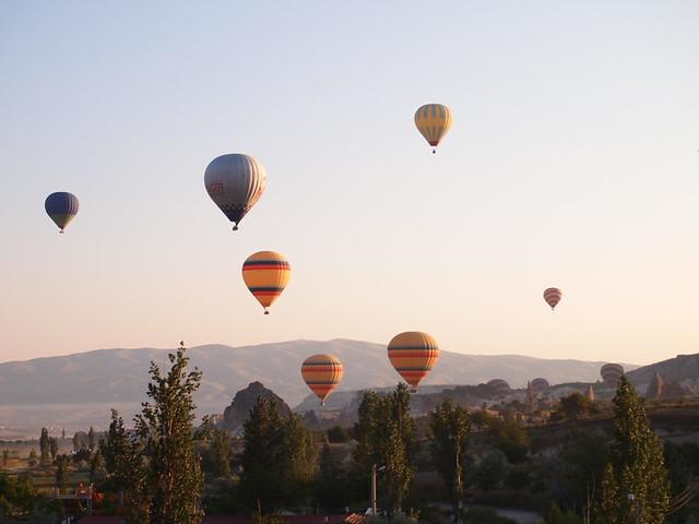 遠方起飛的熱氣球