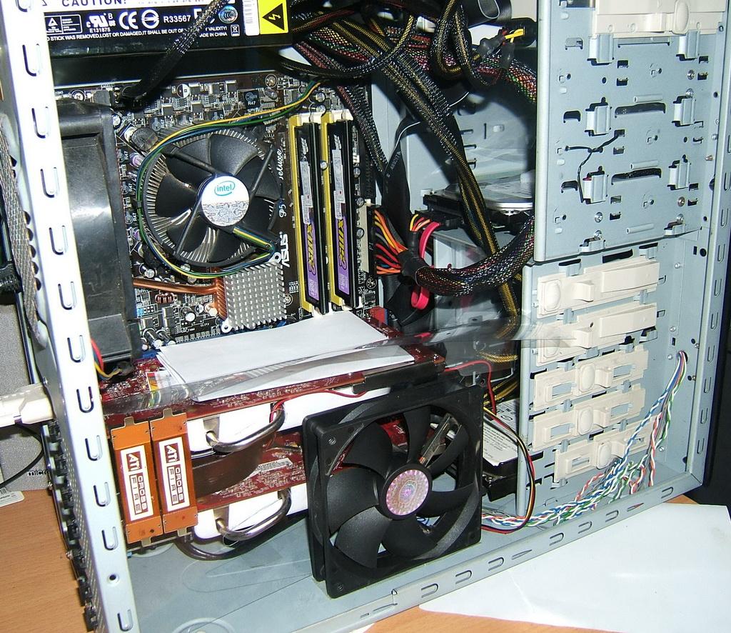 Bên trong một vỏ máy tính đạt tiêu chuẩn