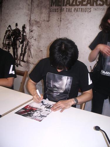 Kojima firmando