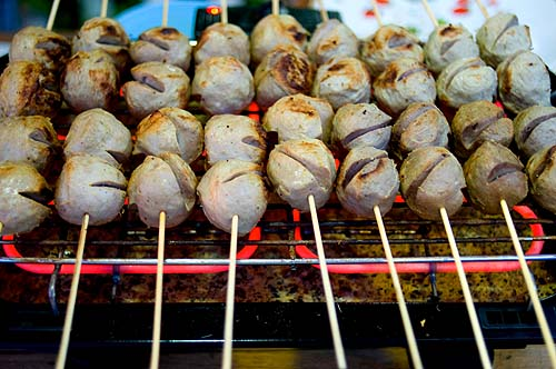 Look chin khiang, 'cutting board meatballs', grilling at Lampang's night market