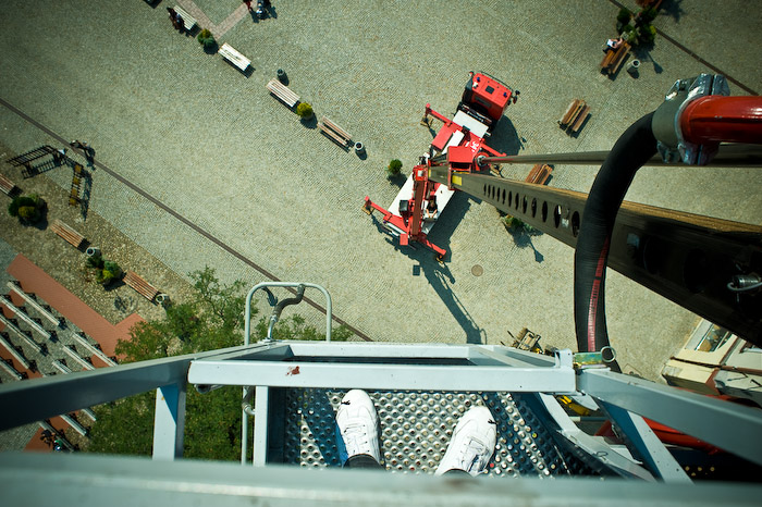 30 meters above / 30 metrów ponad chodnikami