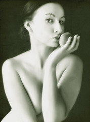 (sole) Tags: portrait bw woman girl fruit photography kiss fotografie hand sensual brunette carmen nectarine sole carmengonzalez sweetandsexy beautyshoots