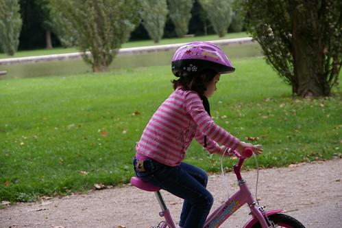 蘇鎮公園 27 - 小朋友也是全付武裝來公園騎車