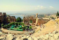 The ancient Greek and Roman Theatre; Mount Etna smoking in the hazy distance: Taormina Sicily (Ray .) Tags: italy italia sicily taormina sicilia ioniansea hellenism mountetna greekandromanteatro mountetnasmoking