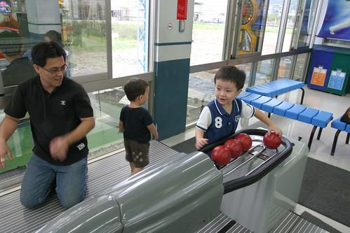 你拍攝的 大魯閣:玩球的三個男孩。