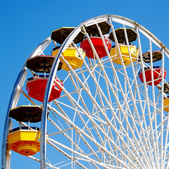 Ferris Wheel. Santa Monica Pier, Los Angeles. (.I Travel East.) Tags: california wheel fun temple losangeles nikon colours  august bluesky ferris ferriswheel nikkor santamonicapier santamonicabeach 2008 vr losangelescalifornia southcalifornia nikkor18200mmvr nikkor18200mm nikond80 august2008 itraveleast ferriswheelleftprofile