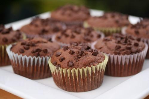 """Muffins de chocolate con pepitas (Es una adaptacion de la clásica receta norteamericana """"chocolate chips muffins"""")"""
