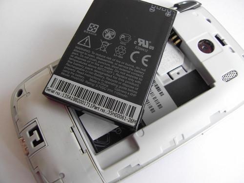 隨機附送的電池,容量達 1,100mAh,足夠日半至兩日使用。