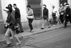 correee!!! (Eneko Espino) Tags: bn japoneses turistas prisa
