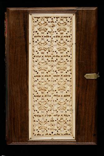012- Evangelium S. Johannis- Tapa-Madera noble con un panel de marfil tallado. Hacia el año 800