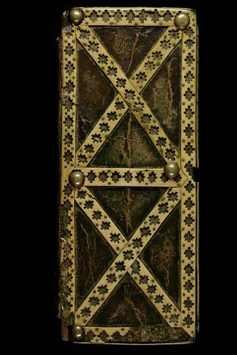 013a- Cantatorium-En una caja de madera con una placa frontal esculpida en marfil-siglo X-Abadia de St. Gall-contratapa de la caja