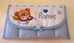 Bolsa para documentos de beb - baby bag for documents (Oh!.. So cute!) Tags: bear baby crossstitch artesanato bb babyshower pontocruz bagfordocuments bolsadedocumentos