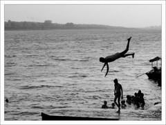 La Chute (Christian Lagat) Tags: boy blackandwhite india fall plongeon noiretblanc dive chute garçon inde ghat narmada madhyapradesh भारत bwdreams maheshwar nikkor50mmf18d nikond40x